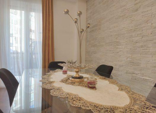 Guida per arredare con il colore oro salone tavolo in cristallo lampadario piantana tende