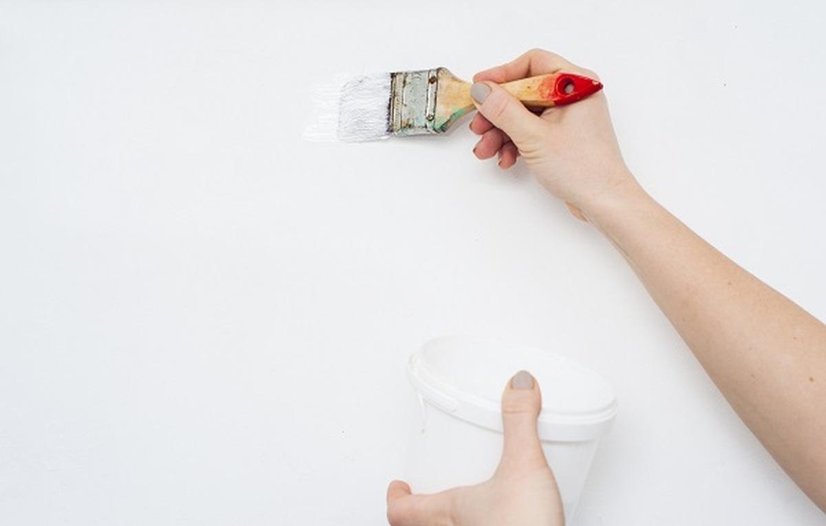 come-dipingere-parete-con-pennello-piccolo