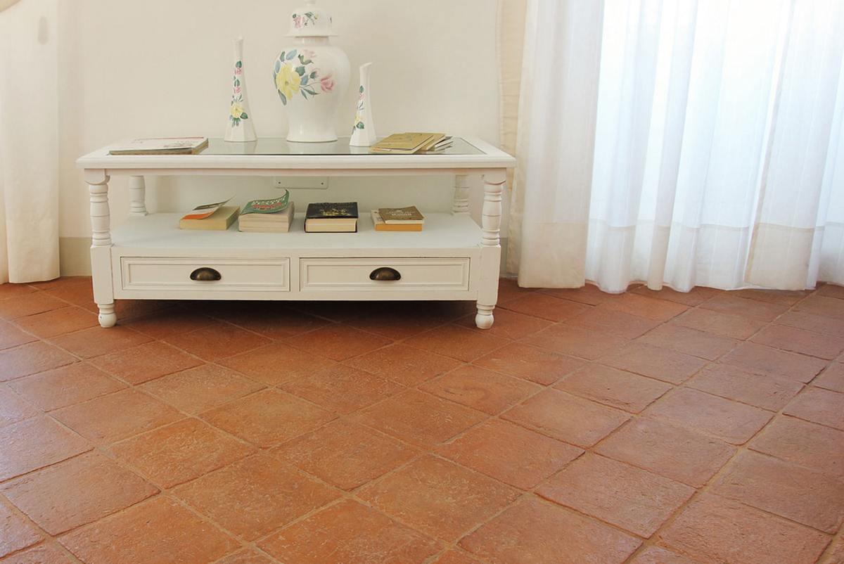 come-pulire-piastrelle-in-cotto-antico-macchiato-pavimento-interno
